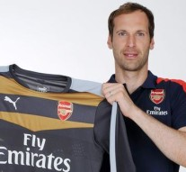 Cech complete Arsenal move